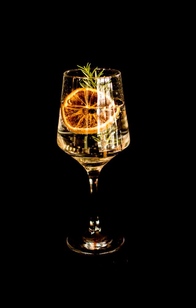 Gin tonica com laranja desidrtada,  alecrim e zimbro (gin)