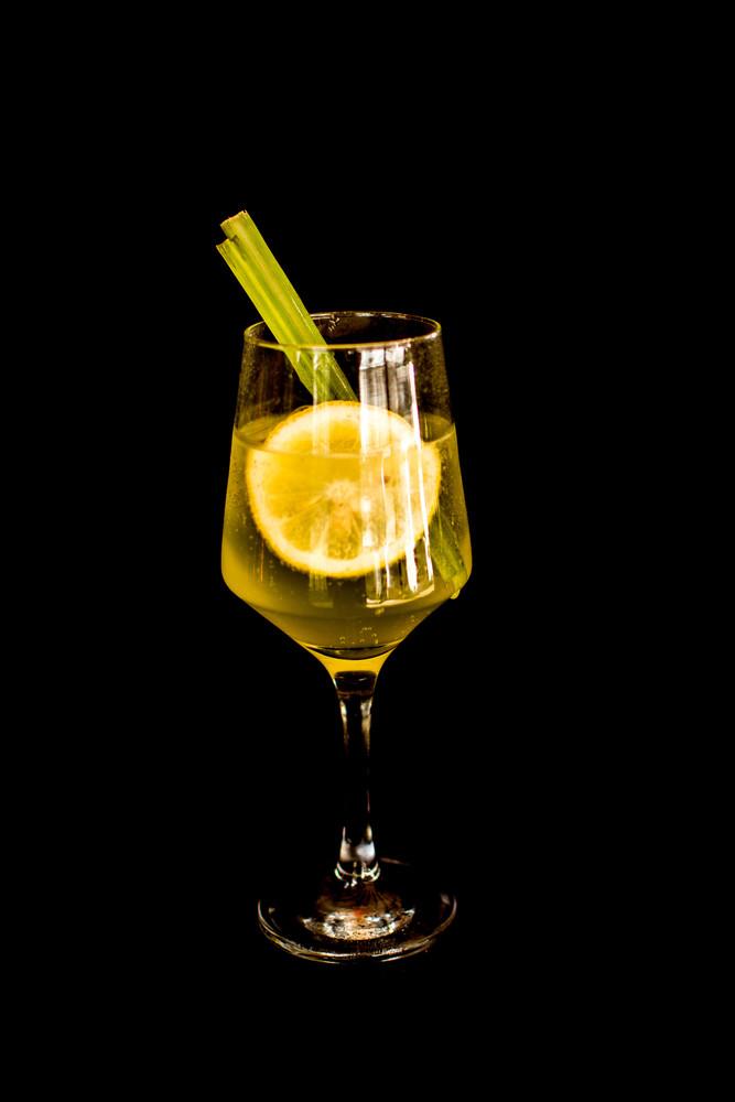 gin tônica com capim santo e limão siciliano (gin)